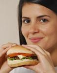 mujer-comiendo-hamburguesa-116x150 Trucos para Comer Menos