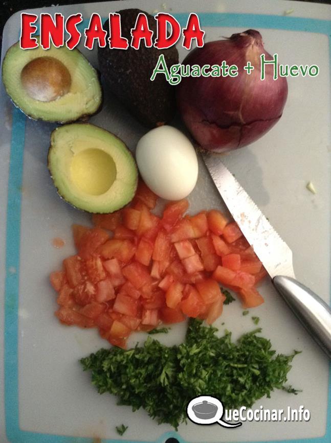 huevos cocidos con aguacate